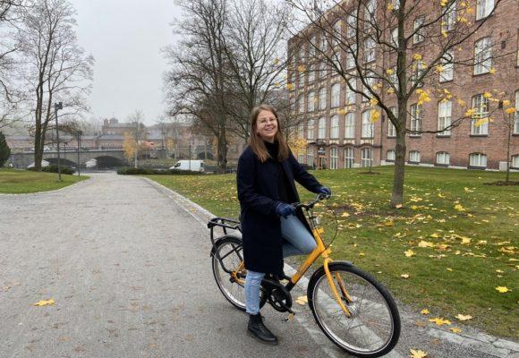 Nainen pyöräilee