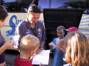 Jari Litmanen jakaa nimikirjoituksia lapsille vuonna 2002.