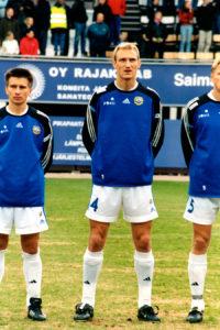 Sami Hyypiä Suomen jalkapallomaajoukkueen Suomi-Islanti ottelussa Vantaan Myyrmäessä 30.4.2003.