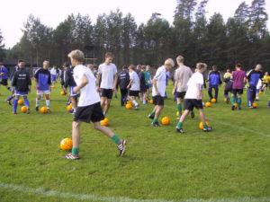 Postin keltaiset pallot pyörivät nuorten jalkapalloleirillä Eerikkilän urheiluopistolla 2002.
